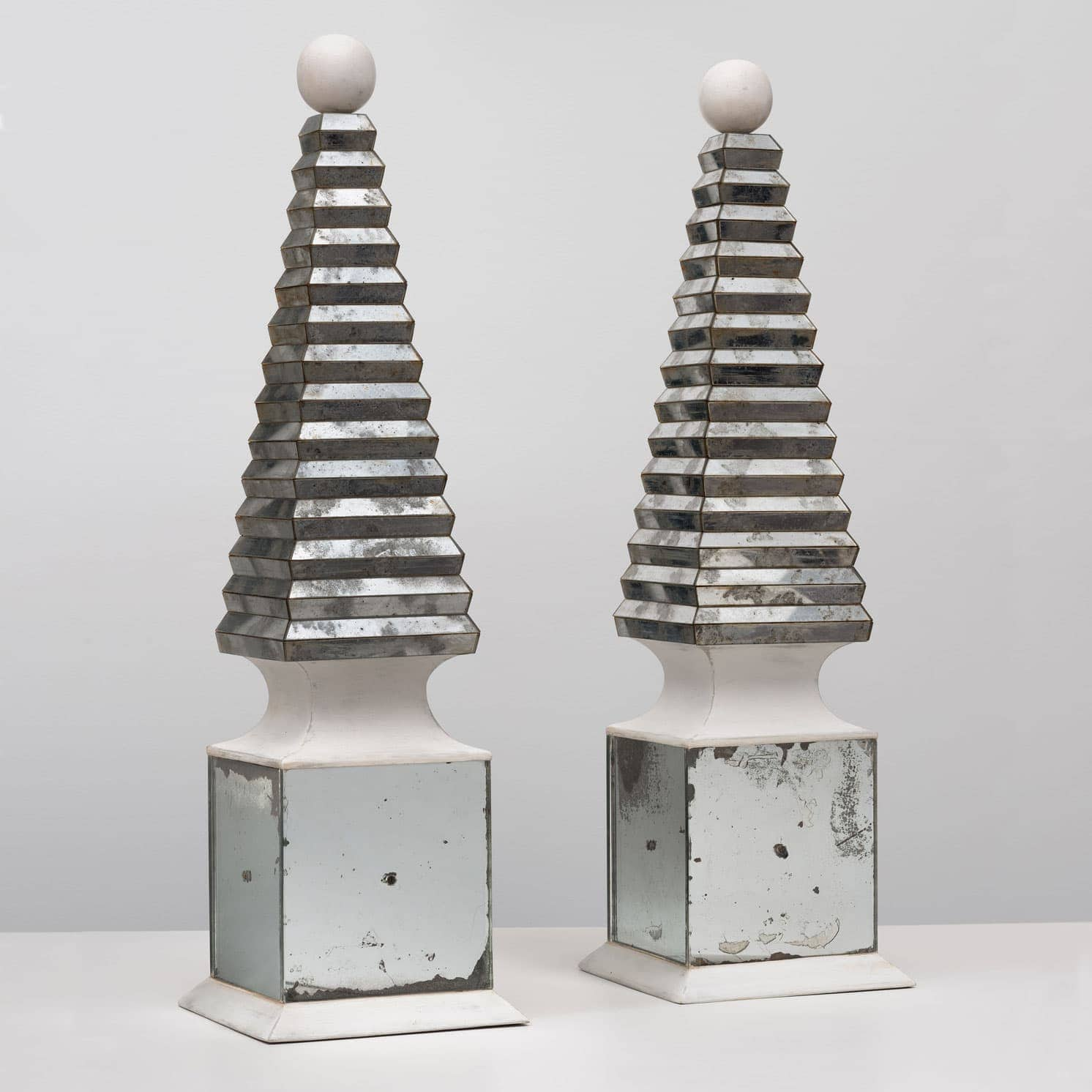 Serge Roche, Tall and rare pair of obelisks, vue 01