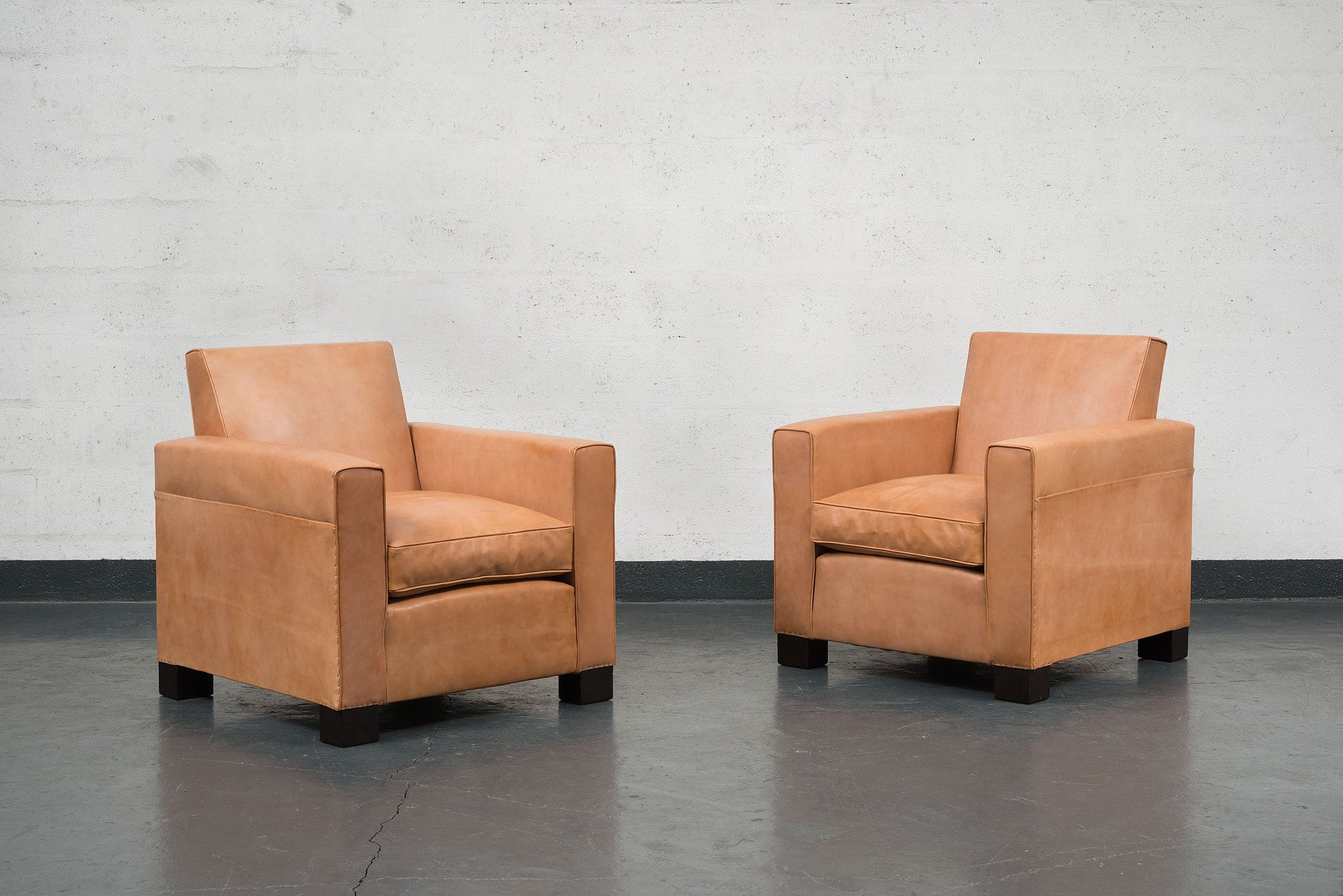 Jean-Charles Moreux, Rare pair of leather armchairs, vue 01