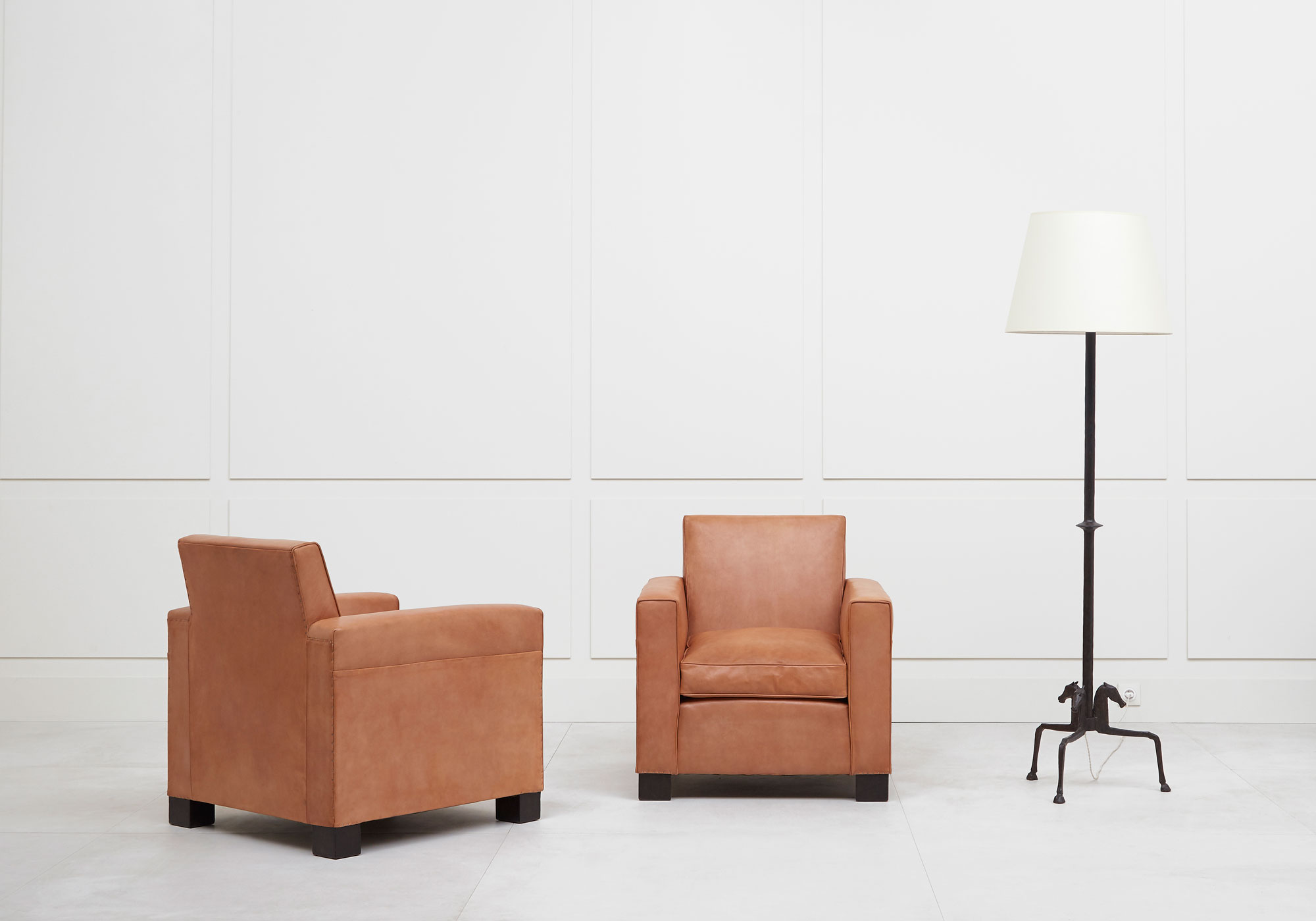 Jean-Charles Moreux, Rare pair of leather armchairs, vue 03