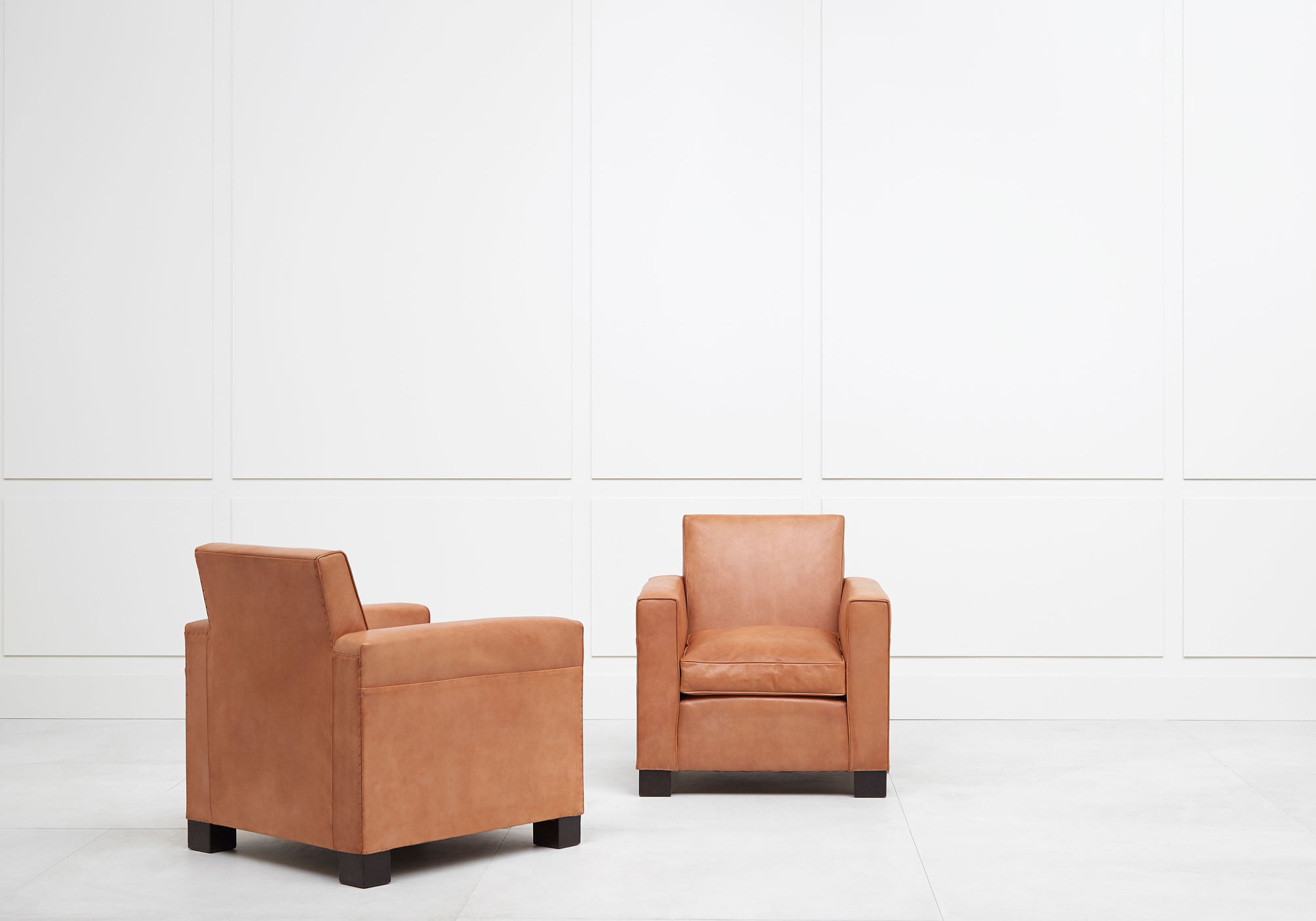 Jean-Charles Moreux, Rare pair of leather armchairs, vue 02