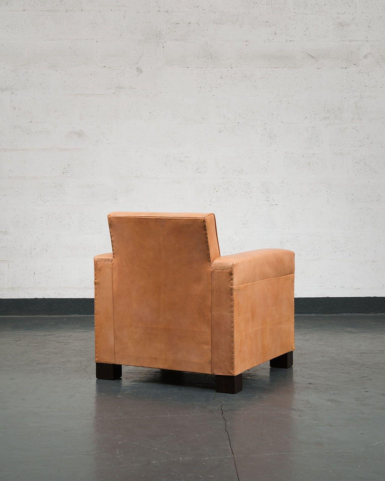 Jean-Charles Moreux, Rare paire de fauteuils en cuir, vue 03