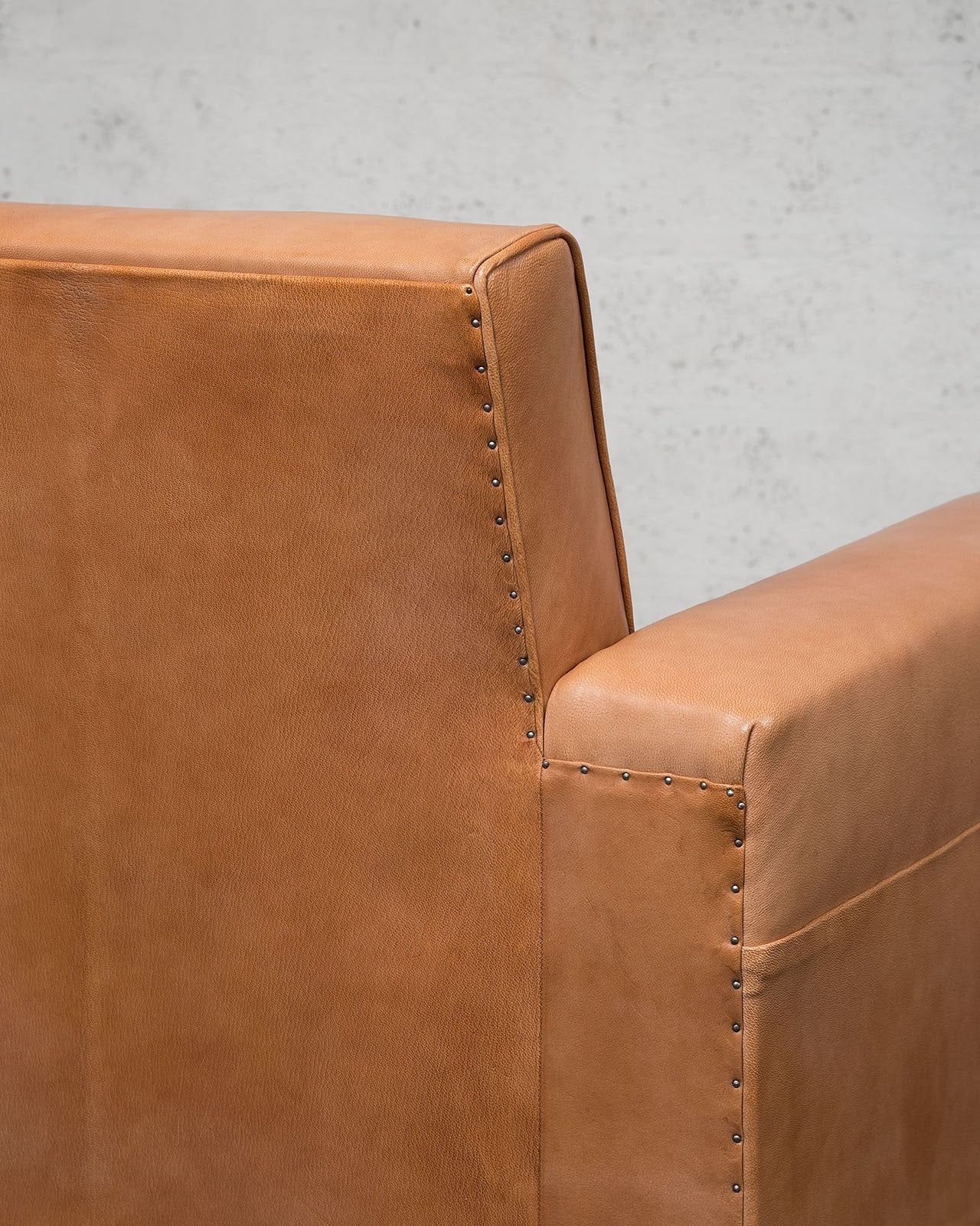 Jean-Charles Moreux, Rare paire de fauteuils en cuir, vue 04