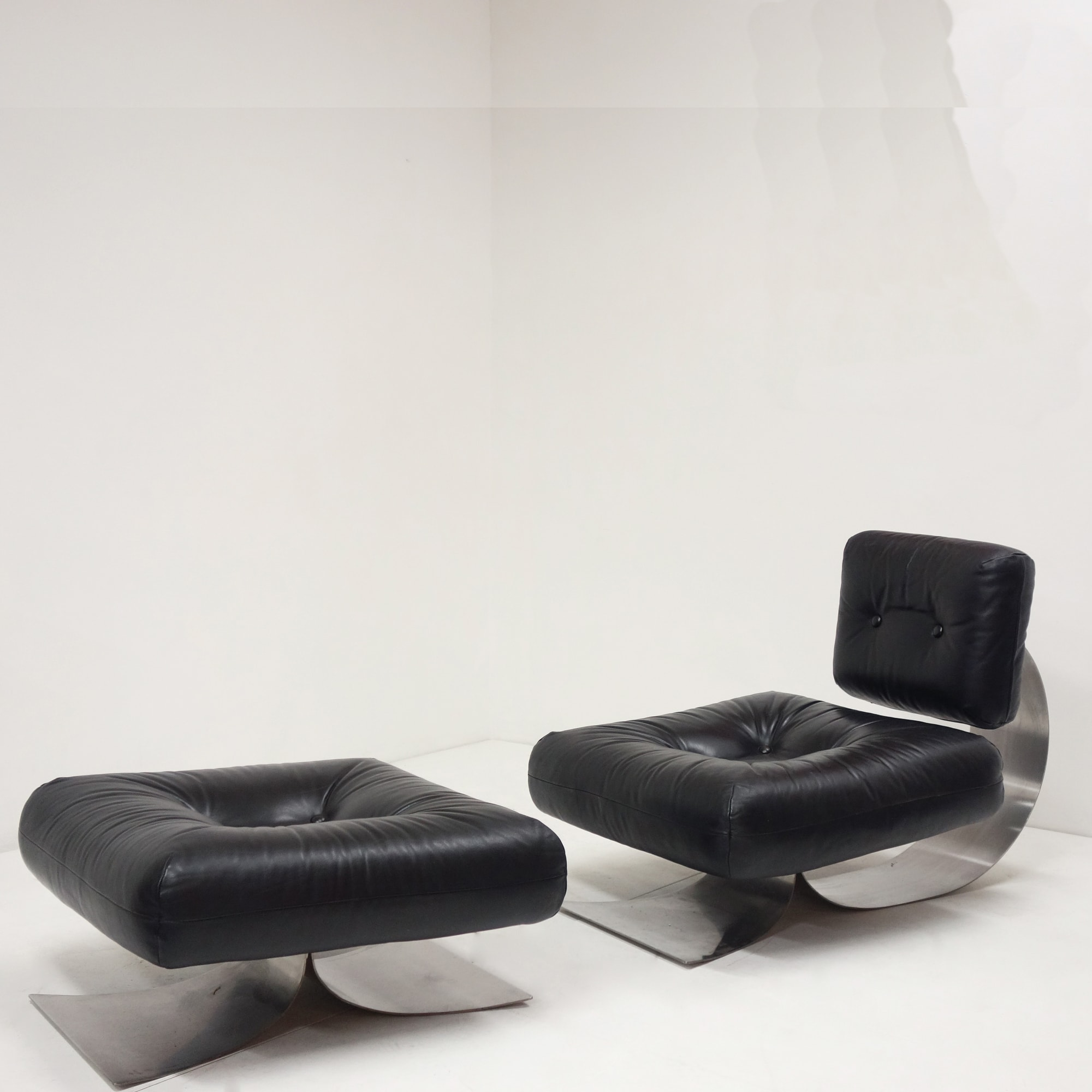 Oscar Niemeyer, Low chair and its ottoman, vue 01