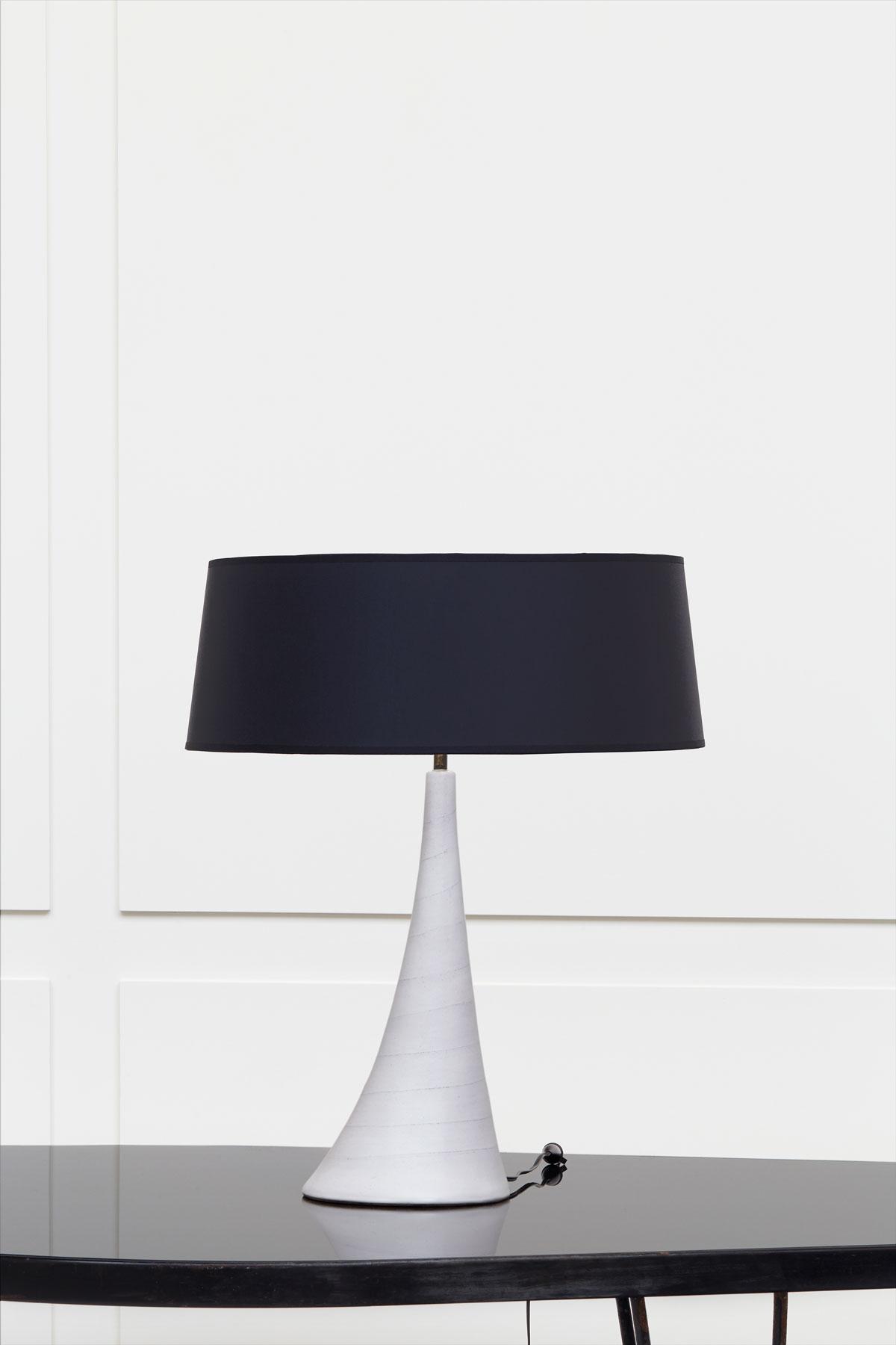 Georges Jouve, Sculpturale lampe en céramique blanche, vue 01